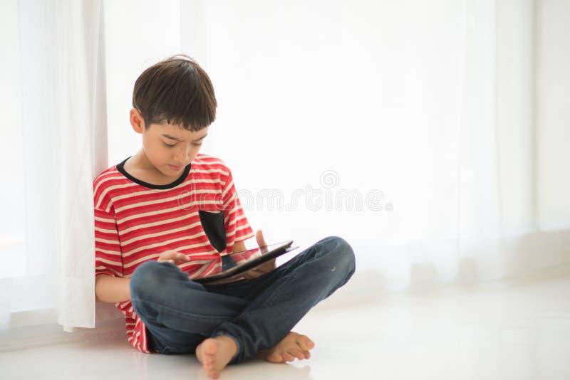 Ταμπλέτα παιχνιδιού μικρών παιδιών στο σπίτι στοκ εικόνες με δικαίωμα ελεύθερης χρήσης