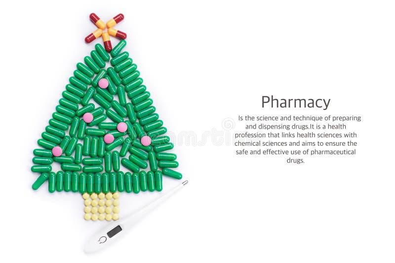 Ταμπλέτες με μορφή χριστουγεννιάτικου δέντρου και θερμομέτρου κάτω από το στοκ φωτογραφία με δικαίωμα ελεύθερης χρήσης