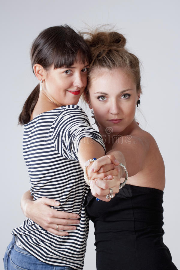 Τανγκό χορού δύο νέο θηλυκό φίλων στοκ εικόνες
