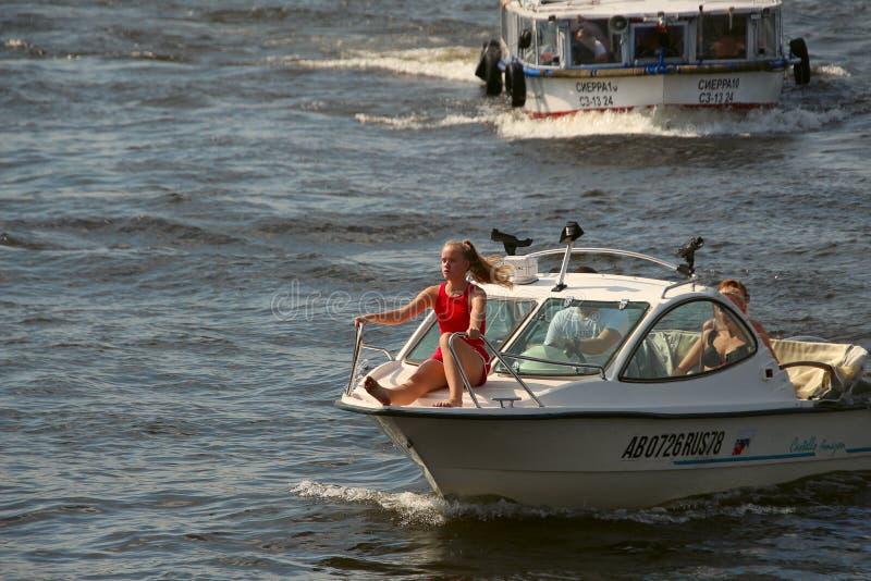 Ταξίδια νέων κοριτσιών στη μύτη της βάρκας στον ποταμό στοκ εικόνες