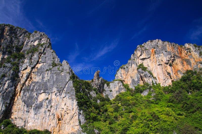 Ταξίδι βαρκών σύμφωνα με τη γραμμή ακτών τροπικό Phi Ko νησιών Phi κατά μήκος του εντυπωσιακού απότομου κόκκινου τοίχου βράχου πο στοκ φωτογραφία με δικαίωμα ελεύθερης χρήσης