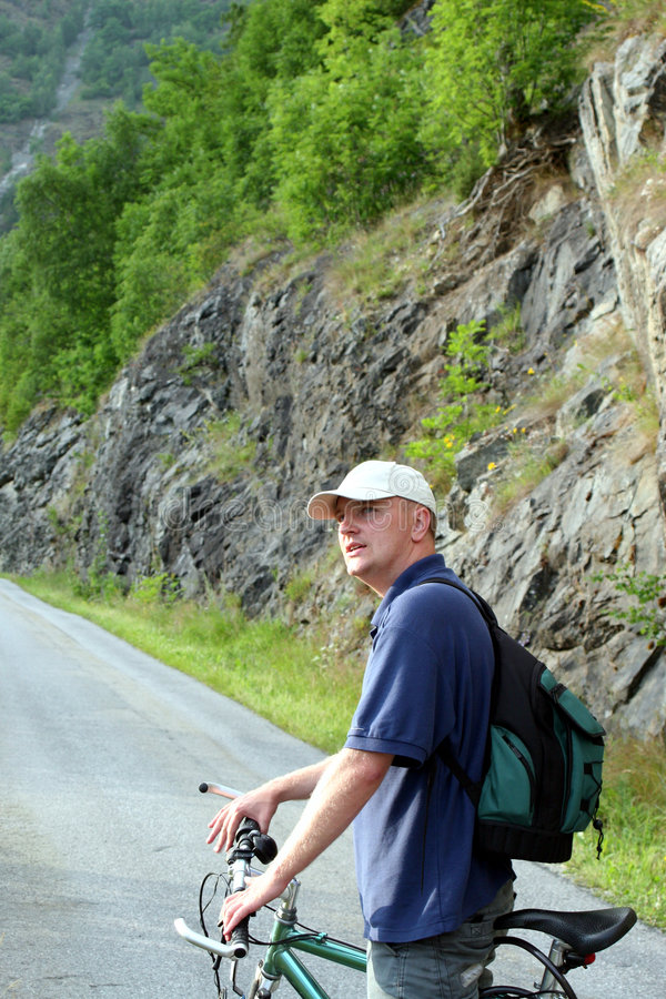 ταξίδι βουνών ατόμων ποδηλά&t στοκ εικόνα