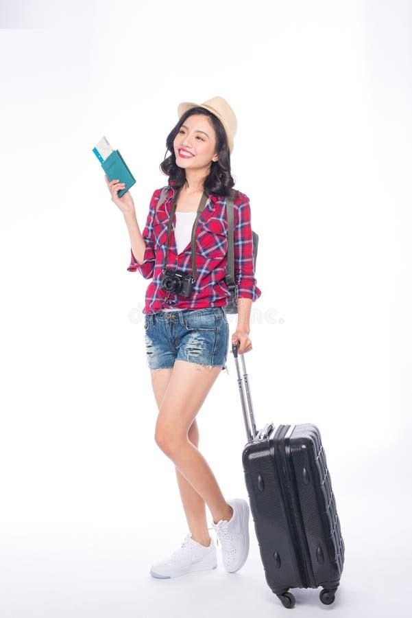 Ταξίδι γυναικών Νέος όμορφος ασιατικός ταξιδιώτης γυναικών με τη βαλίτσα στοκ φωτογραφία με δικαίωμα ελεύθερης χρήσης