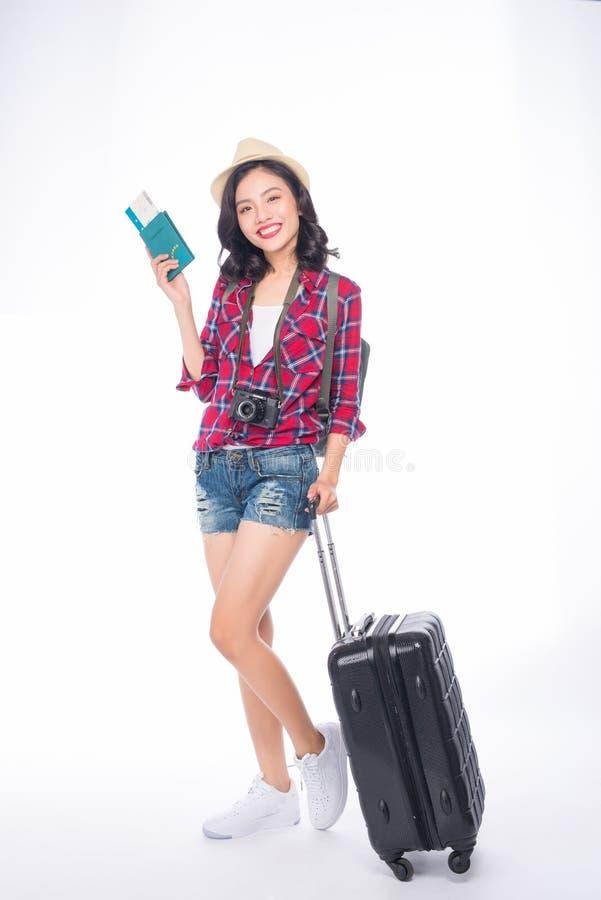 Ταξίδι γυναικών Νέος όμορφος ασιατικός ταξιδιώτης γυναικών με τη βαλίτσα στοκ εικόνες