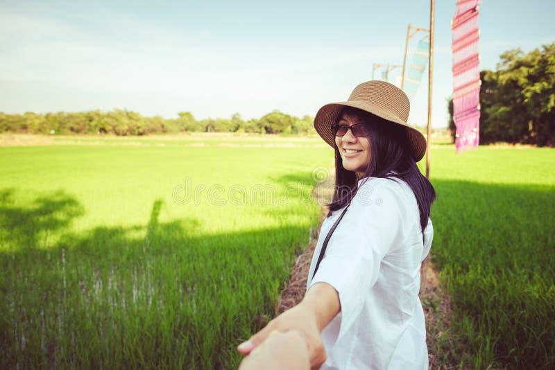 Ταξίδι γυναικών στον τομέα ρυζιού στοκ εικόνα με δικαίωμα ελεύθερης χρήσης