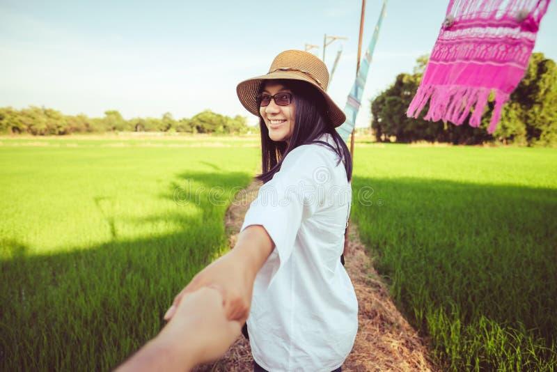 Ταξίδι γυναικών στον τομέα ρυζιού στοκ εικόνα