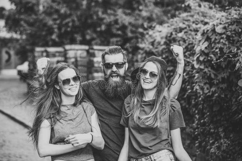 Ταξίδι γύρω από τη χώρα Φίλες και γενειοφόρο χαμόγελο φίλων στις θερινές διακοπές στοκ φωτογραφίες με δικαίωμα ελεύθερης χρήσης