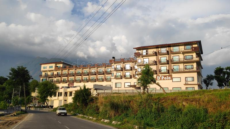Ταξίδι διακοπών Himalayan ξενοδοχείων Dpolo μακρινό στη θιβετιανή μεταφορά οδικών καλωδίων Kangra Ινδία διακοπών διακοπών στοκ εικόνες