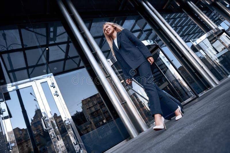 Ταξίδι, επαγγελματικό ταξίδι Νέα γυναίκα σε ένα περπάτημα κοστουμιών στοκ εικόνα με δικαίωμα ελεύθερης χρήσης