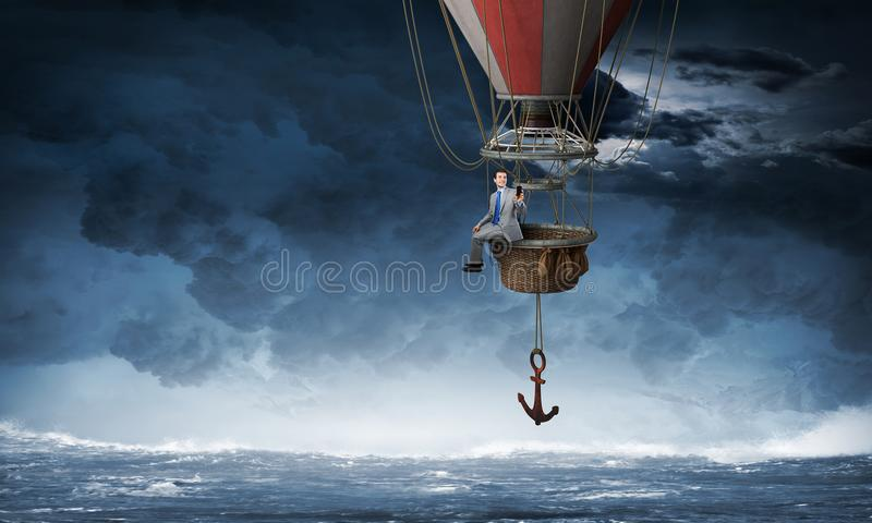 Ταξίδι επιχειρηματιών στο μπαλόνι αέρα στοκ εικόνα με δικαίωμα ελεύθερης χρήσης