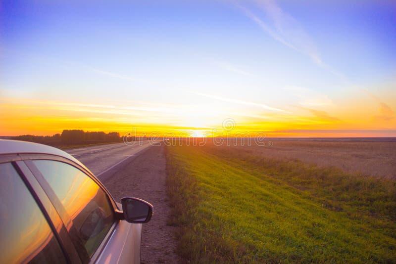 Ταξίδι ηλιοβασιλέματος Η διαδρομή πηγαίνει σε ένα πορτοκαλί ηλιοβασίλεμα στοκ φωτογραφία με δικαίωμα ελεύθερης χρήσης