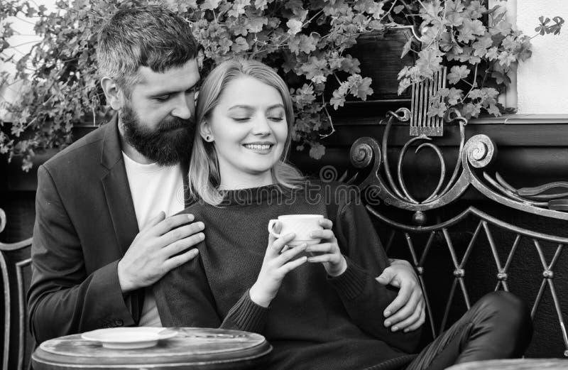 Ταξίδι και διακοπές Ερευνήστε τον καφέ και τους δημόσιους χώρους Πεζούλι καφέδων αγκαλιάς ζεύγους Το ζεύγος ερωτευμένο κάθεται το στοκ εικόνα