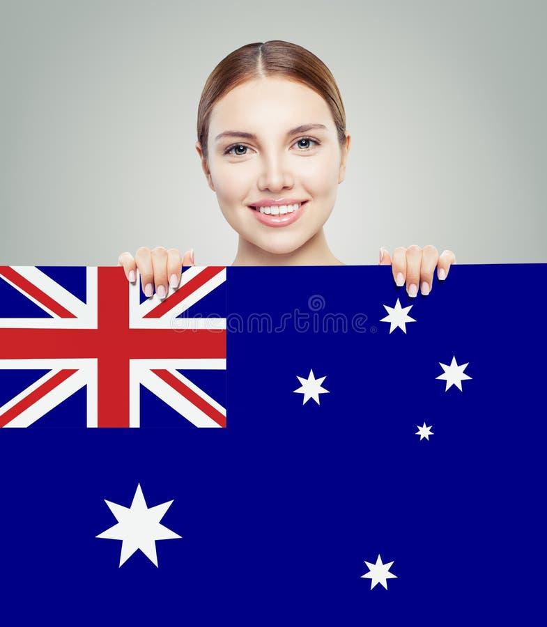 Ταξίδι και μελέτη στην έννοια της Αυστραλίας με τον όμορφο σπουδαστή κοριτσιών με την αυστραλιανή σημαία στοκ εικόνες