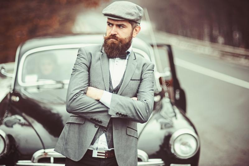 Ταξίδι και πεζοπορία επαγγελματικού ταξιδιού ή εμποδίου Ταξίδι με το αυτοκίνητο του γενειοφόρου hipster στοκ εικόνες