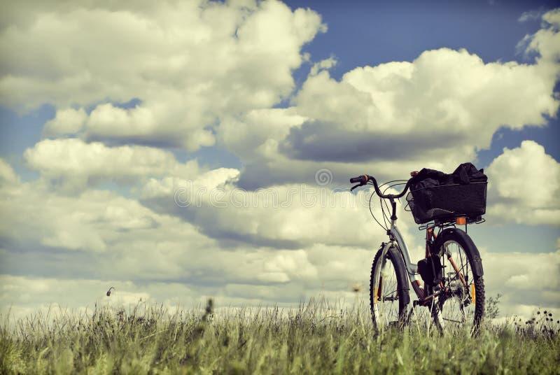 Ταξίδι σε ένα ποδήλατο Ποδήλατο σε μια χλόη στοκ εικόνα