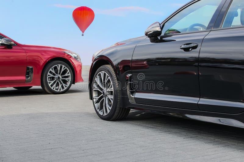 Ταξίδι στα αυτοκίνητα πολυτέλειας και το μπαλόνι ζεστού αέρα στοκ εικόνες