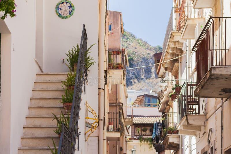 Ταξίδι στην Ιταλία - κατώφλι της ιστορικής οδού Taormina, Σικελία, πρόσοψη των αρχαίων κτηρίων στοκ εικόνα