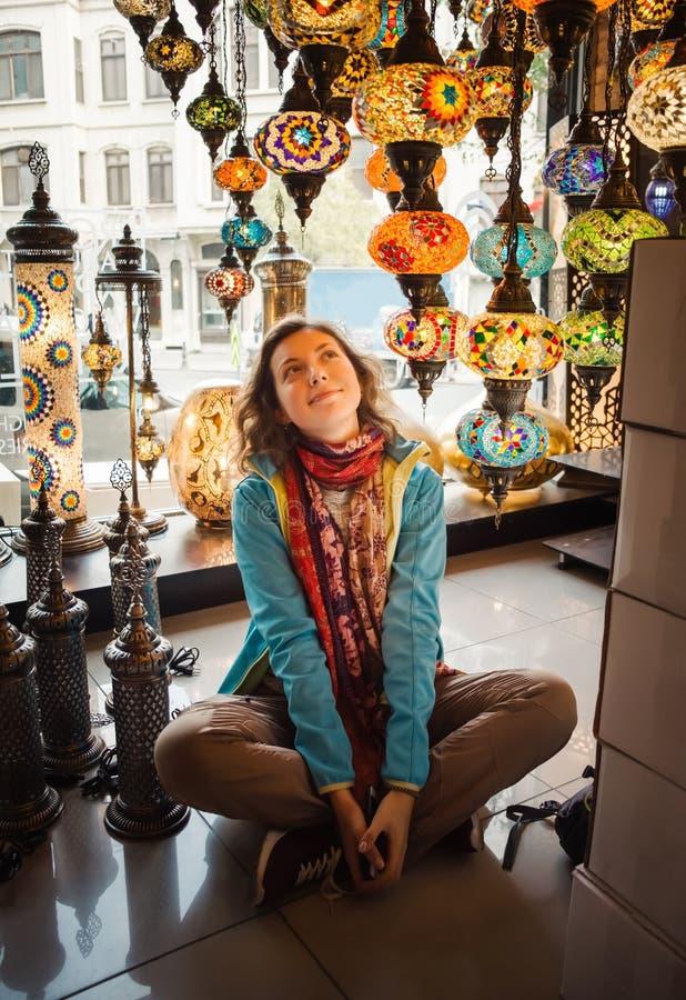 Ταξίδι στην Τουρκία Η γυναίκα βλέπει στον παραδοσιακό ελαφρύ λαμπτήρα στοκ φωτογραφία με δικαίωμα ελεύθερης χρήσης