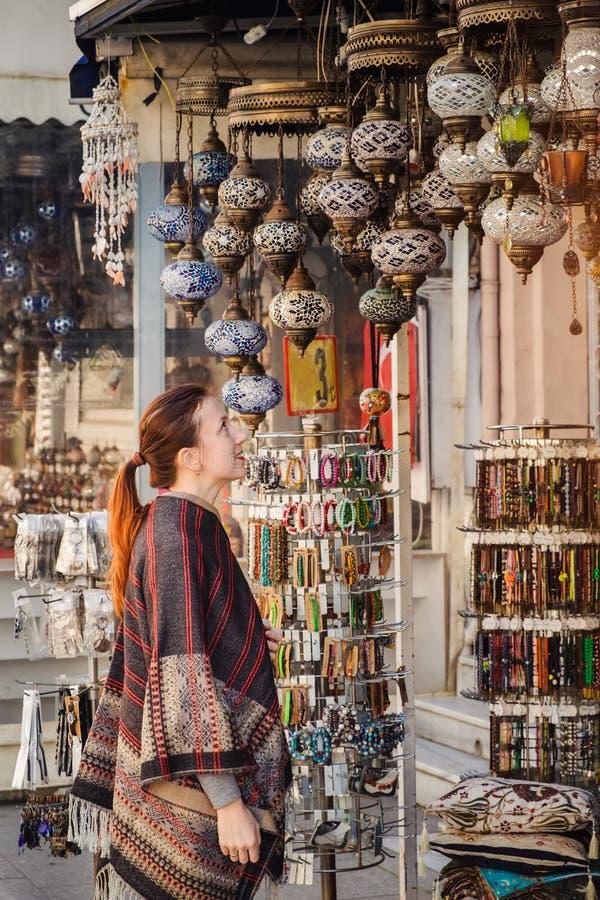 Ταξίδι στην Τουρκία Η γυναίκα βλέπει στον παραδοσιακό ελαφρύ λαμπτήρα στοκ εικόνες με δικαίωμα ελεύθερης χρήσης