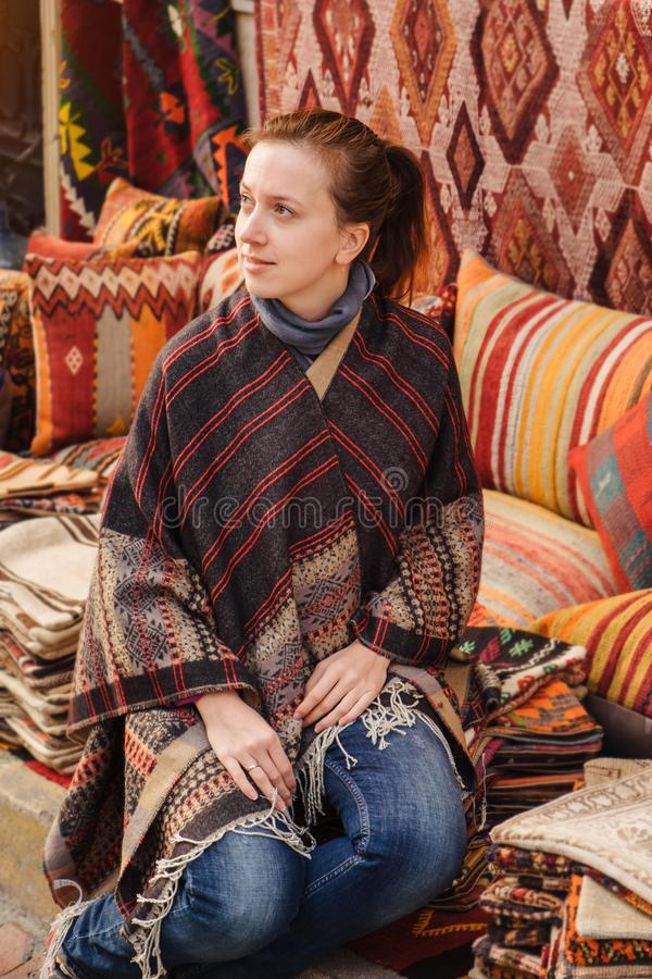Ταξίδι στην Τουρκία Η γυναίκα βλέπει στο παραδοσιακό τουρκικό κλωστοϋφαντουργικό προϊόν στοκ εικόνες
