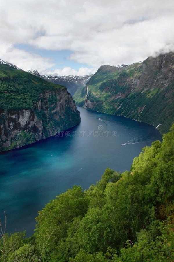 Ταξίδι στη Νορβηγία, άποψη του μπλε φιορδ στη μέση των πράσινων βουνών στοκ φωτογραφίες