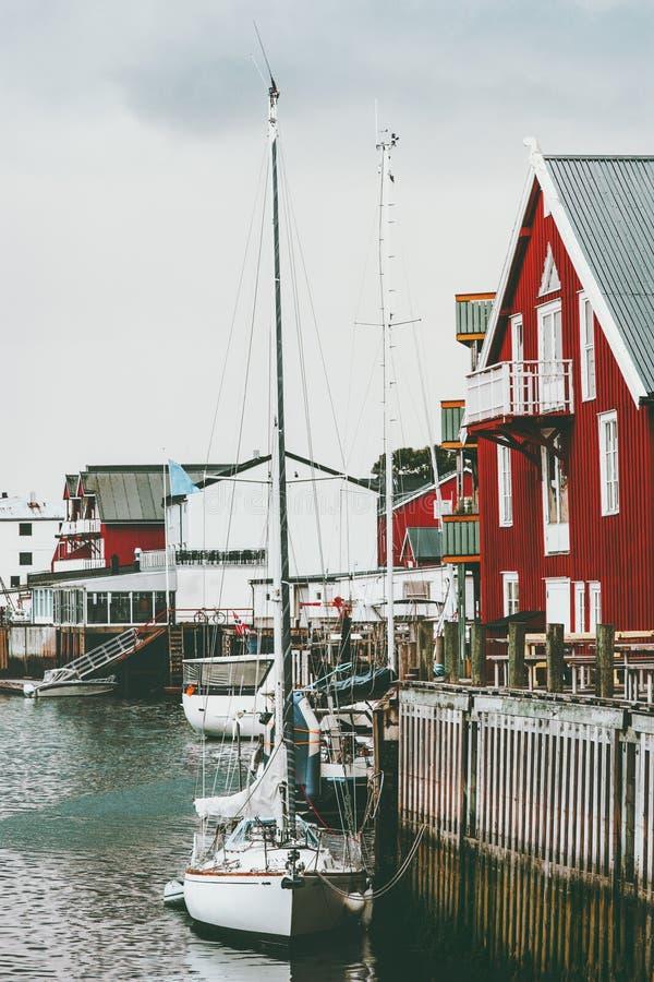 Ταξίδι Lofoten σπιτιών ψαροχώρι Henningsvaer, βαρκών και rorbu της Νορβηγίας στοκ φωτογραφία