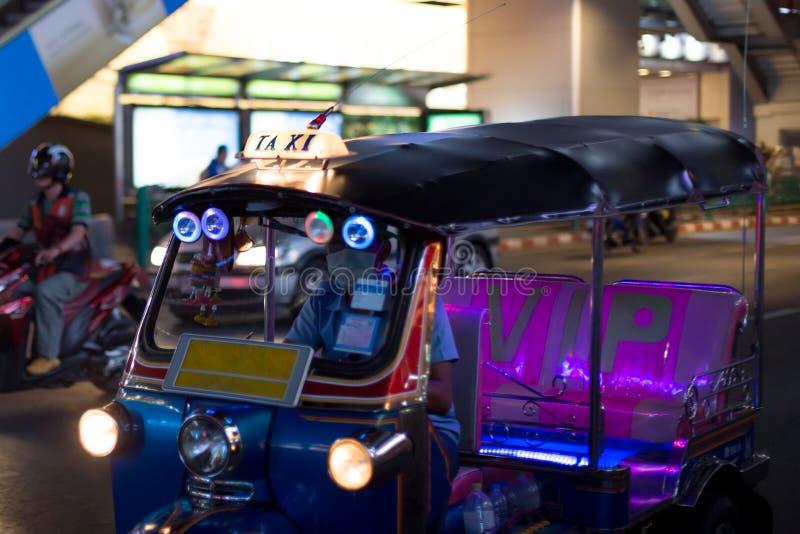Ταξί επιστολών στο διάσημο ταξί moto tuk-Tuk στην οδό στο Tha στοκ εικόνα