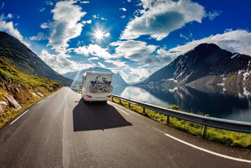 Ταξίδια αυτοκινήτων τροχόσπιτων στην εθνική οδό στοκ φωτογραφία