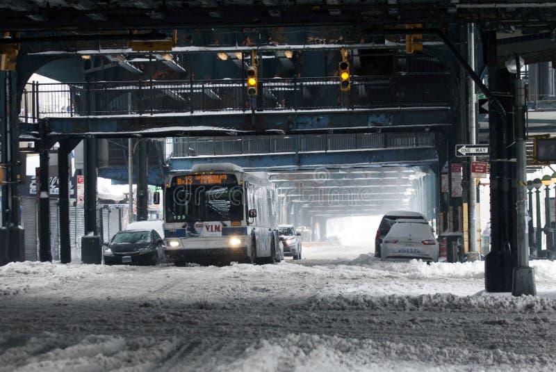 Ταξίδια λεωφορείων MTA κατά τη διάρκεια της χιονοθύελλας στο Bronx στοκ φωτογραφία με δικαίωμα ελεύθερης χρήσης