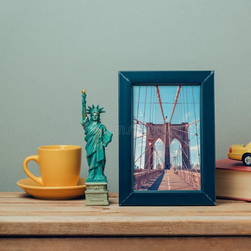 Ταξίδι έννοια της Νέας Υόρκης, ΗΠΑ με τη χλεύη αφισών επάνω στο πρότυπο και τα αναμνηστικά στοκ φωτογραφία με δικαίωμα ελεύθερης χρήσης