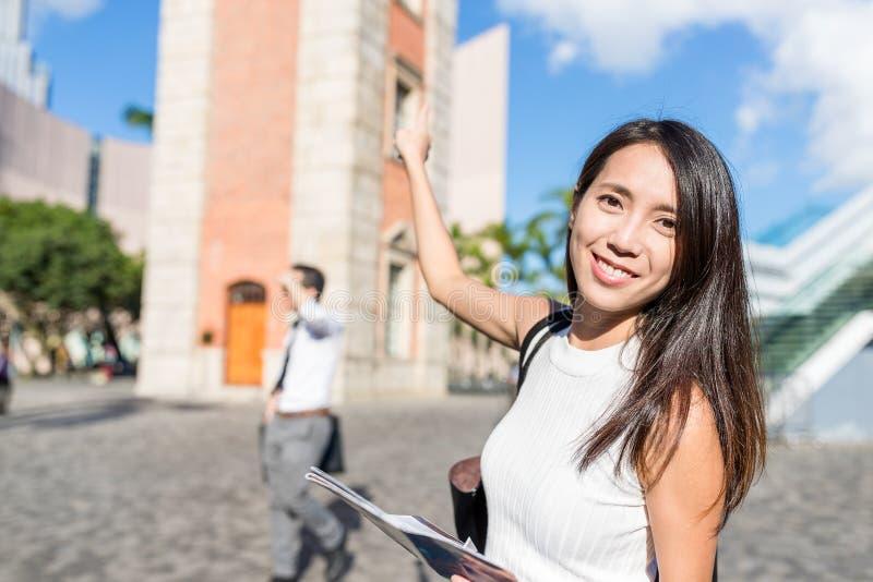Ταξίδι γυναικών στον πύργο ρολογιών του Χονγκ Κονγκ στοκ φωτογραφία με δικαίωμα ελεύθερης χρήσης
