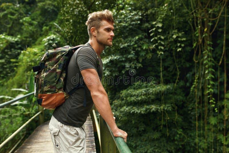 Ταξίδι και τουρισμός Υγιής άνδρας τουριστών στο δάσος το καλοκαίρι στοκ φωτογραφίες