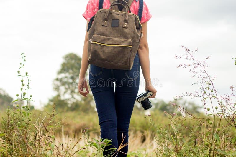 ταξίδι, πεζοπορία, τουρισμός και έννοια ανθρώπων - ευτυχείς στοκ φωτογραφίες με δικαίωμα ελεύθερης χρήσης