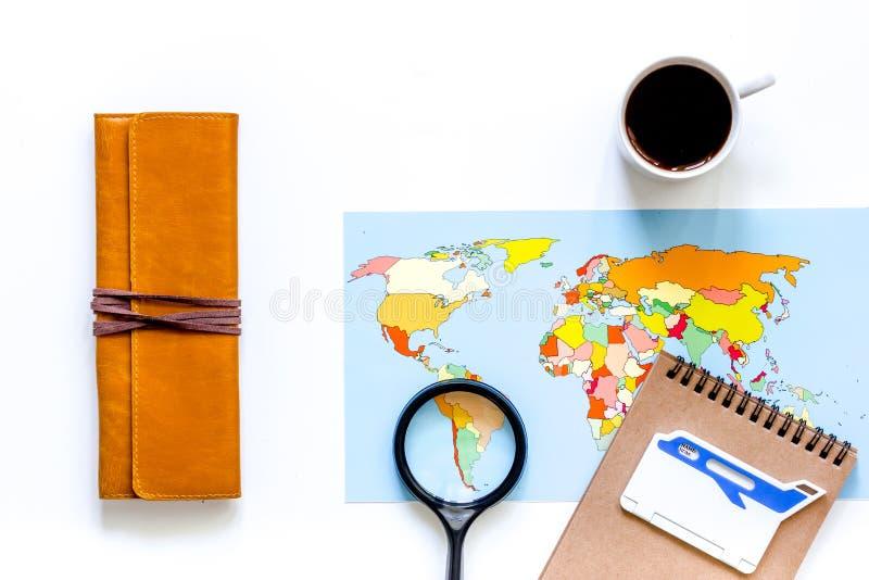 Ταξίδι προγραμματισμού Παγκόσμιος χάρτης στην άσπρη τοπ άποψη υποβάθρου copyspace στοκ εικόνα με δικαίωμα ελεύθερης χρήσης
