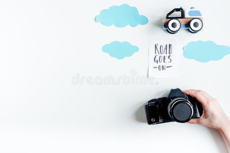 Ταξίδι πλανίσματος με το παιδί με φωτογραφιών καμερών το άσπρο διάστημα άποψης υποβάθρου τοπ για το κείμενο στοκ φωτογραφία