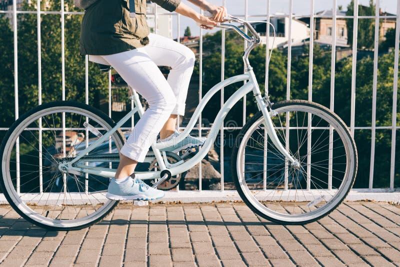 Ταξίδι σε ένα μοντέρνο ποδήλατο γύρω από την πόλη σε ένα ηλιόλουστο πρωί στοκ εικόνα