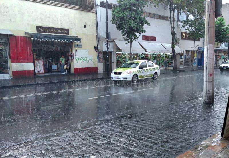 Ταξί κάτω από τη βροχή στοκ φωτογραφία