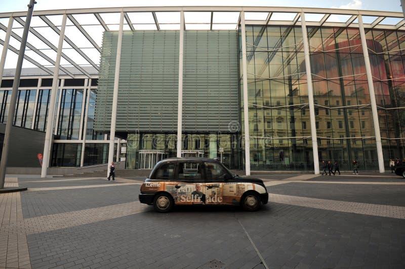 Ταξί στις οδούς του Λονδίνου, Αγγλία στοκ φωτογραφίες
