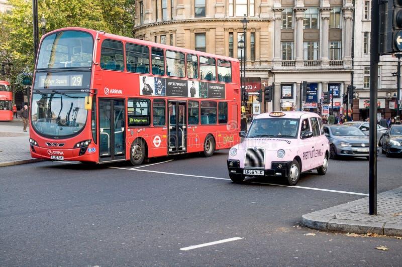 ταξί του Λονδίνου διαδρό&mu στοκ εικόνα με δικαίωμα ελεύθερης χρήσης
