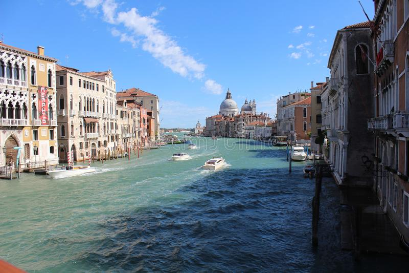 Ταξιαρχία της Βενετίας, καλύτερη άποψη με το συμπαθητικό παλαιό σπίτι στοκ εικόνα