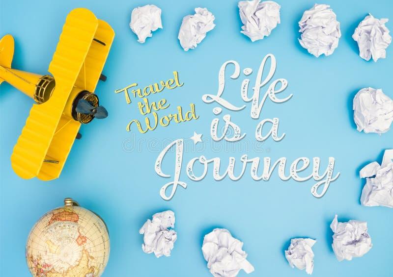 Ταξιδεψτε την παγκόσμια ζωή είναι ένα ταξίδι με το σύννεφο εγγράφου και το αεροπλάνο παιχνιδιών στοκ εικόνες
