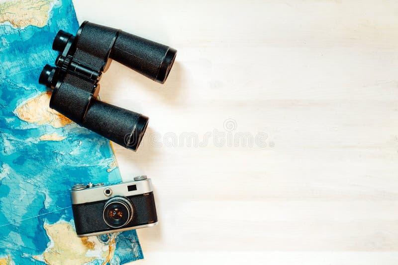 Ταξιδιωτικά εξαρτήματα στο άσπρο ξύλινο υπόβαθρο με το διάστημα αντιγράφων στοκ εικόνες με δικαίωμα ελεύθερης χρήσης