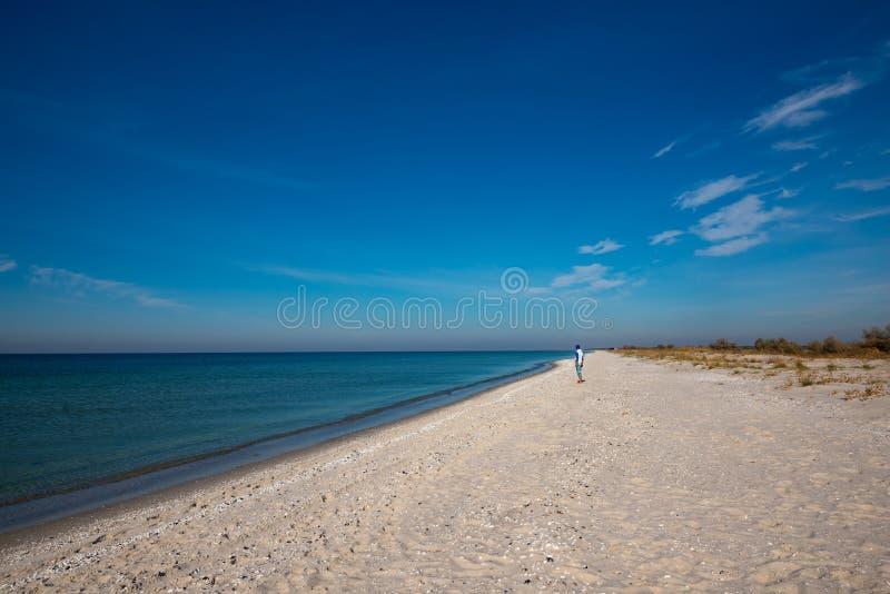 Ταξιδιωτικές στάσεις στην εγκαταλειμμένη παραλία στοκ φωτογραφία