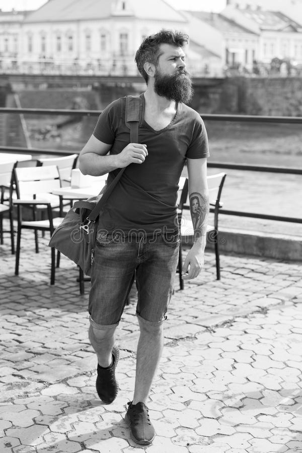 Ταξιδιωτική έννοια Άτομο με τη μακριά μοντέρνη γενειάδα που περπατά στο κέντρο πόλεων Άτομο με τη γενειάδα στο βέβαιο πρόσωπο, ασ στοκ φωτογραφίες με δικαίωμα ελεύθερης χρήσης