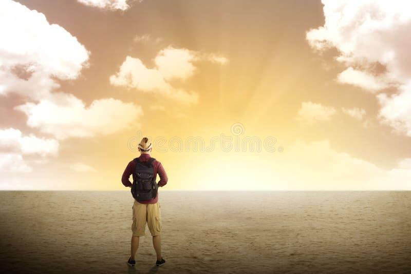 Ταξιδιωτική οδοιπορία στην έρημο στοκ εικόνες με δικαίωμα ελεύθερης χρήσης
