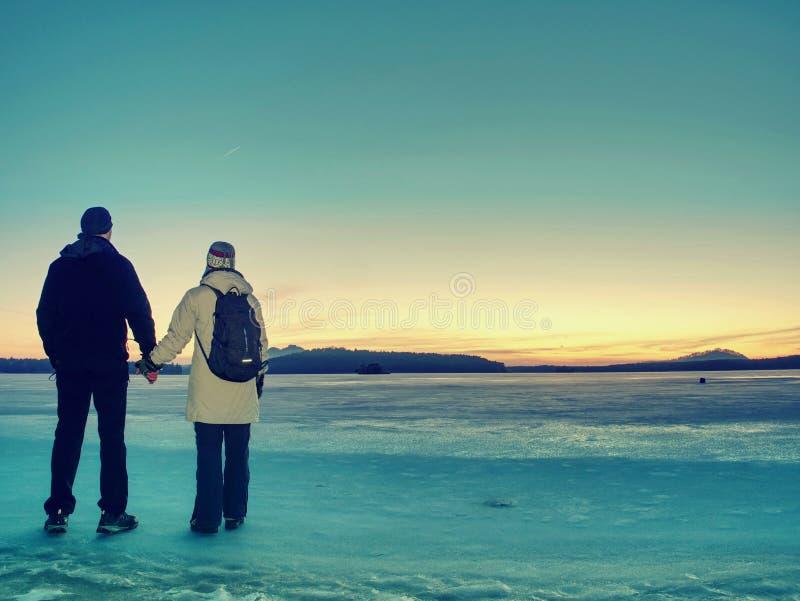 Ταξιδιωτική παραμονή στον πάγο της παγωμένης θάλασσας Γυναίκα με το σακίδιο πλάτης στοκ εικόνα