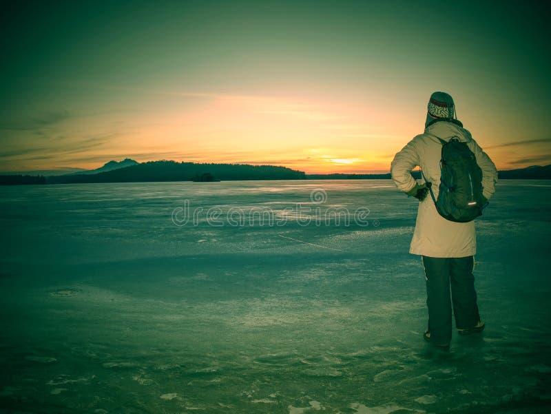 Ταξιδιωτική παραμονή στον πάγο της παγωμένης θάλασσας Γυναίκα με το σακίδιο πλάτης στοκ φωτογραφίες με δικαίωμα ελεύθερης χρήσης