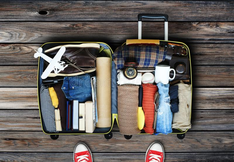 Ταξιδιωτική ` s τσάντα με τα ενδύματα στοκ εικόνες