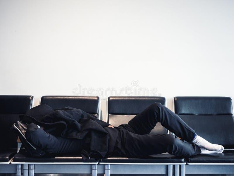 Ταξιδιωτικός ύπνος στα καθίσματα που περιμένουν τους ανθρώπους αεριωθούμενο λ πτήσης διέλευσης περιοχής στοκ εικόνες