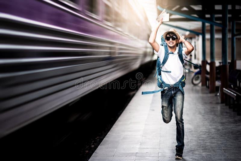 Ταξιδιωτικό άτομο που τρέχει μετά από ένα κινούμενο τραίνο στοκ εικόνα